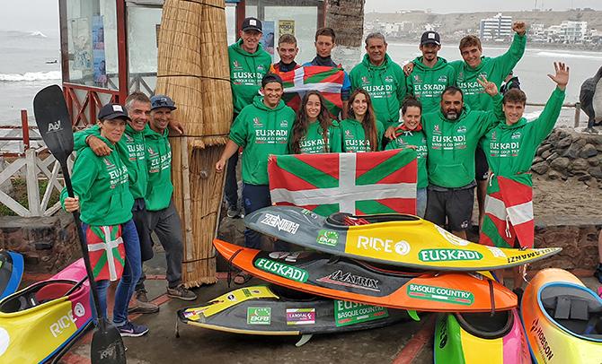 La Euskal Selekzioa de kayak surf arranca con firmeza hacia las medallas en el Mundial de la costa de Perú