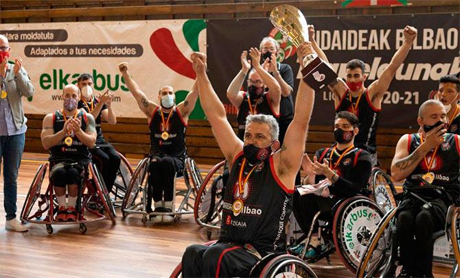 El Bidaideak recibe el trofeo de campeón de Liga